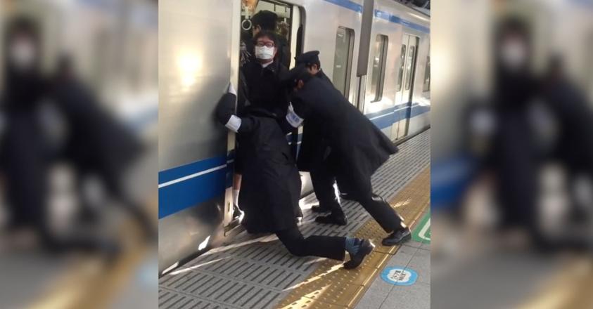 Pousseurs d'usagers du métro