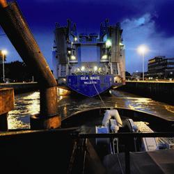 Nachtwerk in de haven op een sleepboot