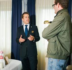 Reporter Wim op gesprek bij Coen Van Niersen, manager Four Points by Sheraton-hotel.