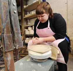 Veerle Van Overloop in haar keramiekatelier