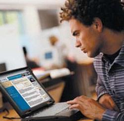 Jonge werknemer aan de computer