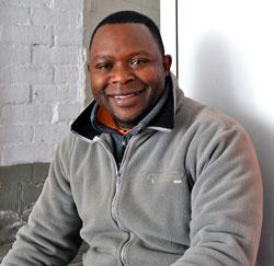 Kennedy Jonga uit Aartselaar, Kringloopwinkel medewerker, tewerkgesteld door het OCMW