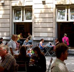 Lunchen op een terras