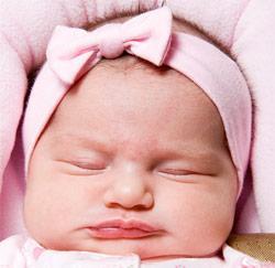 baby in roze