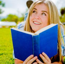 tiener leest boek