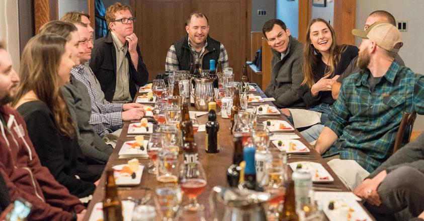 Collega's tijdens een etentje
