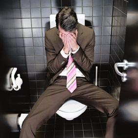 Depressieve werknemer in toilet