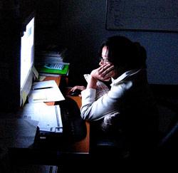 in het donker werken