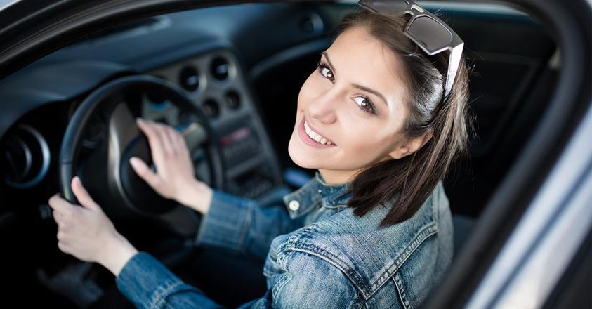 jongedame in bedrijfswagen