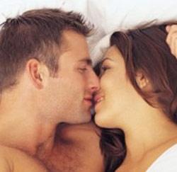 koppel kussen knuffelen