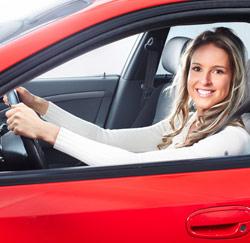 vrouw lachen auto