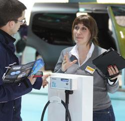 Julie, medewerkster op het Autosalon