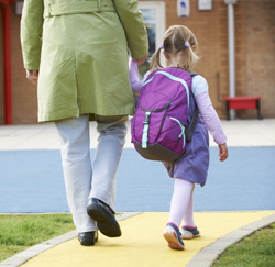Ouder brengt kind naar school