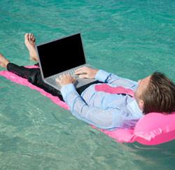 vakantie zwembad laptop