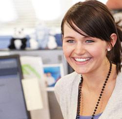 vrouw gelukkig laptop