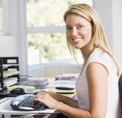 laptop vrouw gelukkig