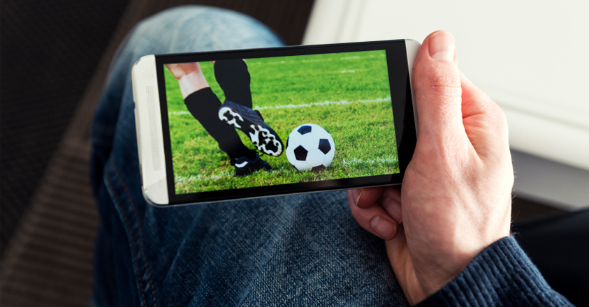 Het WK voetbal volgen op je smartphone: mag dat?