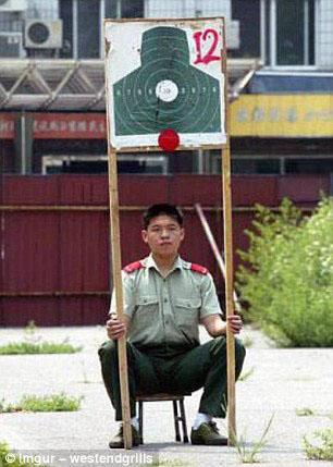 Assistent op een schietbaan