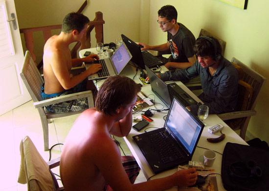 De mannen van M4N aan het werk in Curaçao