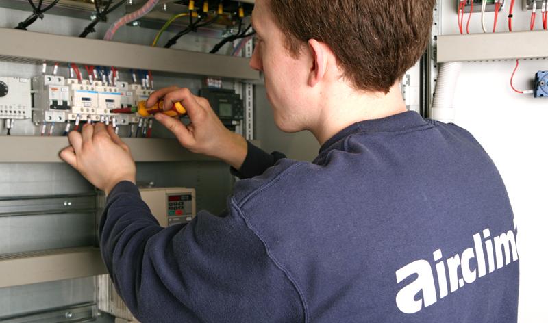 Een koeltechnieker van Air.clima aan het werk