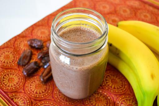 Smoothie met dadel, cacao en banaan