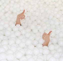 Nouveau une piscine boules au bureau for Piscine a boule adulte