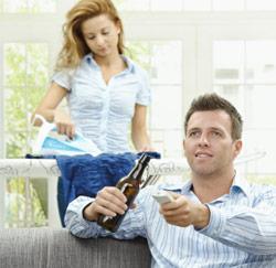 un homme se d tend le mieux pendant que sa femme fait le m nage. Black Bedroom Furniture Sets. Home Design Ideas